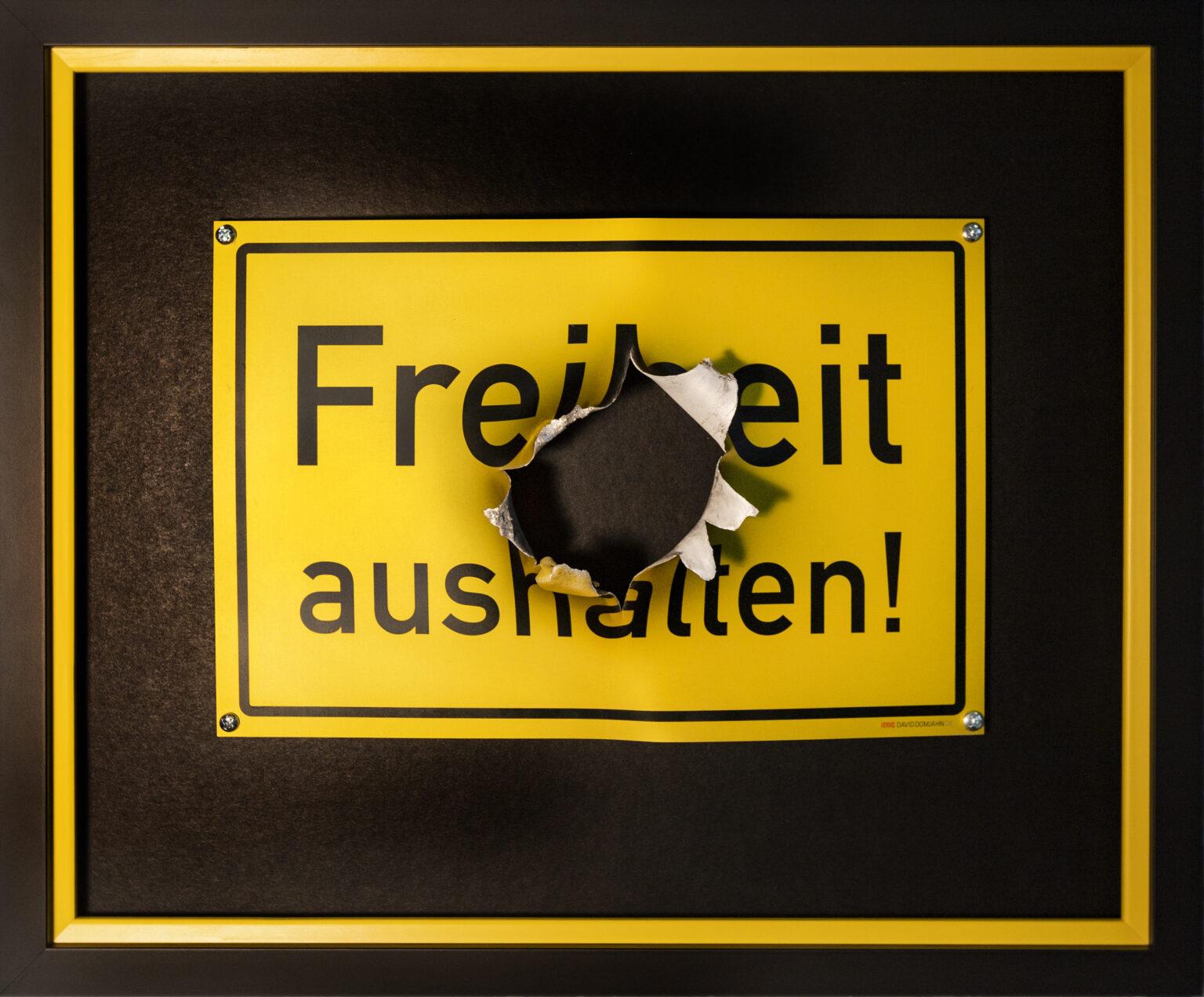 """Schild """"Freiheit aushalten"""""""